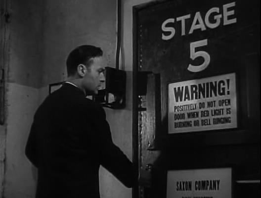 Charles Boyer vor einer Studiotür in Hold Back the Dawn
