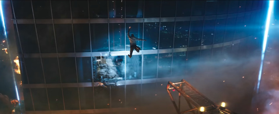 The Rock springt von einem Kran ins aufgebrochene Fenster eines Hochhauses